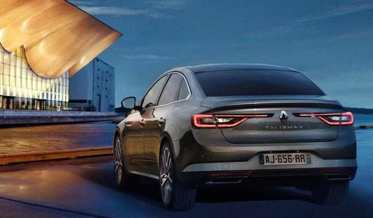 Na traseira, o losango da Renault se destaca entre as alongadas lanternas com assinatura em LED e efeito 3D