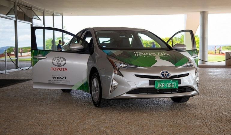 Toyota anuncia a produção do primeiro híbrido flex do mundo